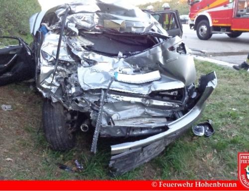Verkehrsunfall mit eingeklemmter Person auf der A99
