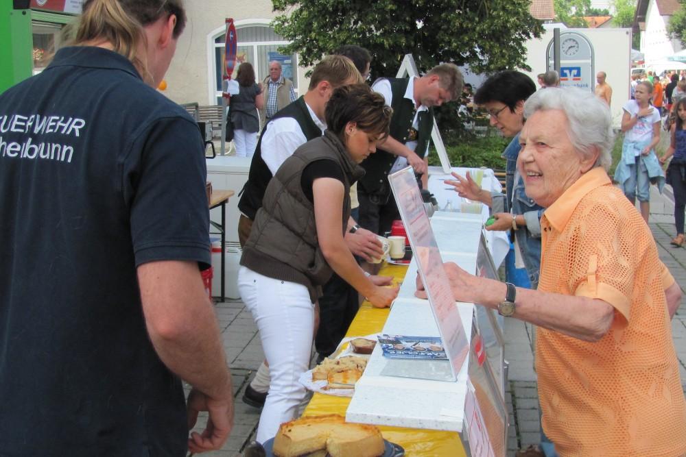 Kaffee und Kuchen auf dem Hohenbrunner Dorffest