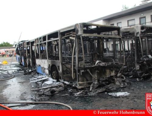 Vollbrand dreier Gelenkbusse im Gewerbegebiet Riemerling