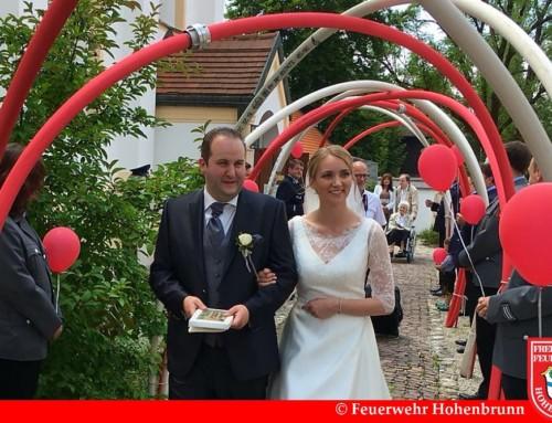 Feuerwehr Hohenbrunn gratuliert zur Trauung