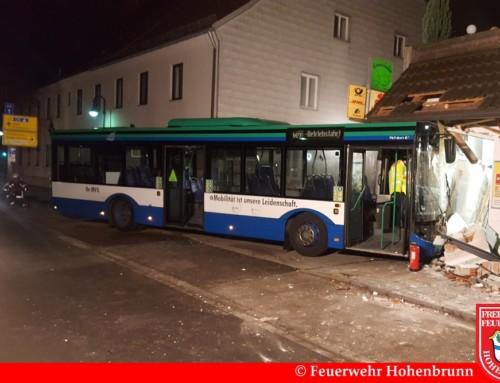 Außer Kontrolle geratener Linienbus kracht in Gebäude